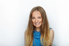 Headshot de jeune femme blonde adorable avec le sourire mignon sur le fond blanc Image libre de droits