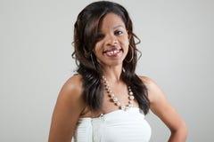 Headshot de jeune femme de couleur attirante avec l'acné Photographie stock libre de droits
