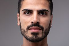 Headshot de jeune homme barbu avec earing photographie stock