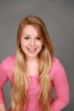 Headshot de la muchacha adolescente sonriente con los apoyos Imágenes de archivo libres de regalías