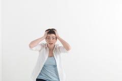 Headshot de la muchacha pecosa caucásica histérica del estudiante que mira en la desesperación y el pánico, siendo atrasado para  Imagen de archivo libre de regalías