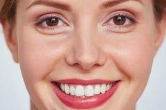 Headshot de la mujer bonita sonriente fotos de archivo