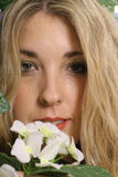 Headshot de la mujer con el upclose de la flor Foto de archivo