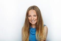 Headshot de la mujer rubia adorable joven con sonrisa linda en el fondo blanco Imagen de archivo libre de regalías