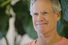 Headshot de um homem maduro considerável das pessoas de 65 anos Imagens de Stock