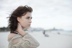 Headshot de uma mulher bonita fotografia de stock royalty free