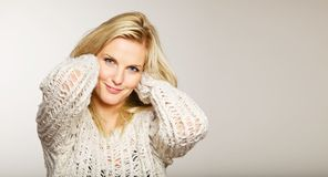 Headshot de uma mulher com uma face fresca Fotos de Stock Royalty Free
