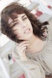 Headshot de uma mulher em um dia ventoso fotos de stock royalty free