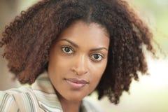 Headshot de uma mulher preta nova fotografia de stock royalty free