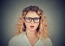 Headshot de una mujer joven chocada foto de archivo libre de regalías