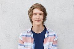 Headshot del adolescente con el peinado de moda, los ojos marrones estrechos, los labios gruesos y la piel pura sana mirando dire Fotos de archivo libres de regalías