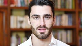 Headshot del hombre joven hermoso almacen de video