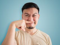 Headshot del olor algo mala cara del hombre asiático imagenes de archivo