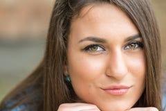 Headshot del primer de la muchacha sonriente adolescente hermosa con el fondo borroso Foto de archivo libre de regalías