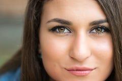 Headshot del primer de la muchacha sonriente adolescente hermosa con el fondo borroso Imágenes de archivo libres de regalías