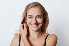 Headshot der attraktiven Frau mit reizend Lächeln, blaue Augen und Grübchen auf Backen habend die Sommerferien freuend und gehen  lizenzfreie stockfotos