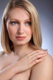 Headshot der schönen blonden Frau, die traurig schaut Lizenzfreie Stockfotografie
