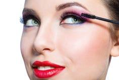 Headshot der weiblichen zutreffenden Wimperntusche Lizenzfreies Stockfoto