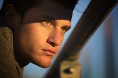 Headshot des attraktiven jungen Mannes bei Sonnenuntergang Lizenzfreies Stockbild