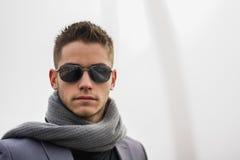Headshot des attraktiven jungen Mannes im Freien Lizenzfreies Stockbild