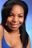 Headshot des großen Lächelns des glücklichen jungen schwarzen Mädchens Stockbild