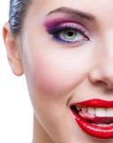 Headshot des weiblichen Halbgesichtes mit hellem Make-up lizenzfreies stockbild