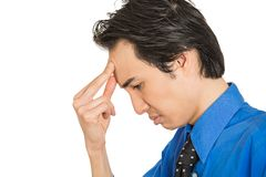 Headshot droevige gedeprimeerde, alleen, teleurgestelde sombere jonge mens royalty-vrije stock afbeelding