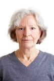 Headshot einer alten lächelnden Frau Stockfotos