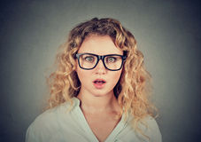 Headshot einer entsetzten jungen Frau lizenzfreies stockfoto