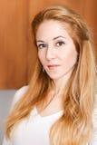 Headshot einer jungen hübschen Frau im Wohnzimmer Stockfotos