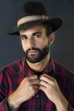 Headshot eines Mannes mit Bart und Hut Lizenzfreie Stockfotos