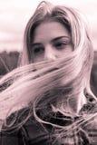 Headshot en una chica joven en el viento Imagen de archivo