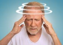 Headshot hogere mens met duizeligheid die aan duizeligheid lijden Royalty-vrije Stock Foto's