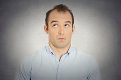 Headshot jaloerse jaloerse schuldige sluwe zakenman stock fotografie