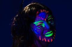 Headshot kobieta jest ubranym wspaniałą łunę w ciemny twarzowym Zdjęcia Stock