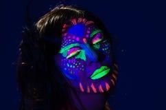 Headshot kobieta jest ubranym wspaniałą łunę w ciemny twarzowym Fotografia Stock