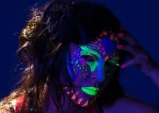 Headshot kobieta jest ubranym wspaniałą łunę w ciemny twarzowym Zdjęcia Royalty Free