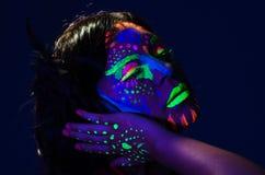 Headshot kobieta jest ubranym wspaniałą łunę w ciemny twarzowym Obrazy Royalty Free