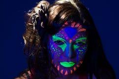 Headshot kobieta jest ubranym wspaniałą łunę w ciemny twarzowym Zdjęcie Royalty Free