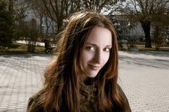 Headshot lächelnder junger Dame, die Kamera betrachtet Stockfoto