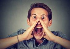 Headshot mężczyzna nierad gniewny krzyczeć Fotografia Stock