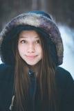 Headshot młoda piękna kobieta w ciepłym odziewa Zdjęcia Royalty Free