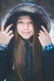 Headshot młoda piękna kobieta w ciepłym odziewa Obrazy Royalty Free