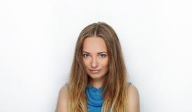 Headshot młoda urocza blondynki kobieta z ślicznym uśmiechem na białym tle Obrazy Stock