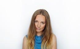 Headshot młoda urocza blondynki kobieta z ślicznym uśmiechem na białym tle Zdjęcia Royalty Free