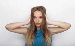 Headshot młoda urocza blondynki kobieta z ślicznym uśmiechem na białym tle zakrywa jej ucho z palmami Obraz Stock