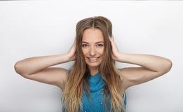 Headshot młoda urocza blondynki kobieta z ślicznym uśmiechem na białym tle zakrywa jej ucho z palmami Fotografia Royalty Free