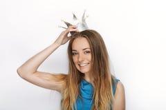 Headshot młoda urocza blondynki kobieta z ślicznym uśmiechem w ręcznie robiony princess koronie na białym tle Obraz Stock
