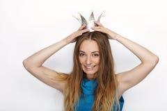 Headshot młoda urocza blondynki kobieta z ślicznym uśmiechem w ręcznie robiony princess koronie na białym tle Obrazy Stock