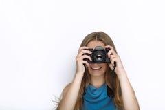 Headshot młoda urocza figlarnie blondynki kobieta z ślicznym uśmiechem w kobaltu koloru bluzce bierze fotografie z czarną dslr ka Obrazy Royalty Free